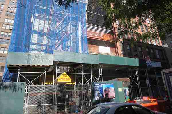 new-york-workers-compensation-lawyer-scaffold-on-front-of-building
